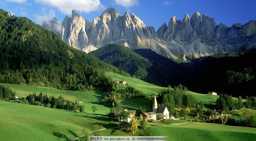 白云,青山,草地,房屋,羊肠小道,欧洲田园 自然景观 自然风景 摄影图库图片