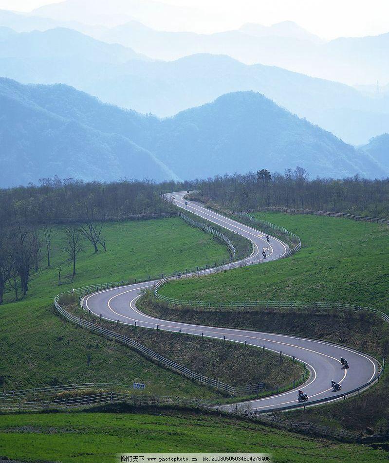 道路 蜿蜒道路 草地 绿色 山 远景群山 自然景观 自然风景 摄影图库