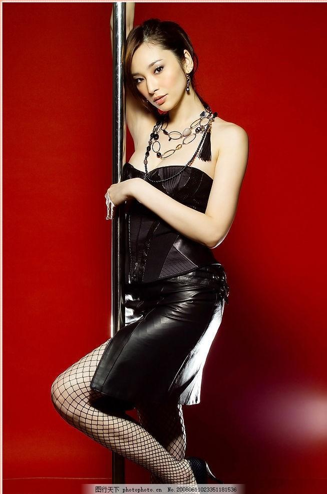 吴佩慈 美女 明星 红色 性感 诱惑 高挑 长发 皮衣 网袜 钢管舞 人物