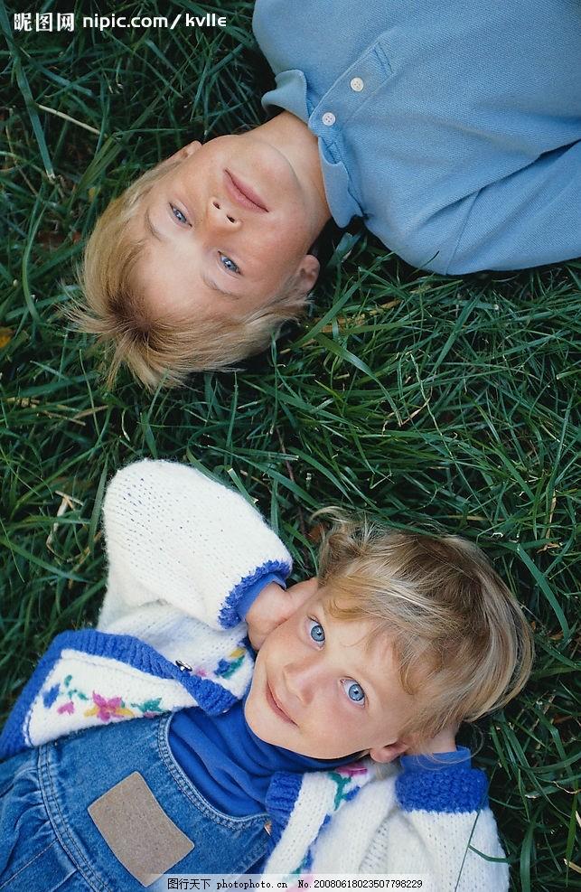 蓝眼睛儿童 草坪上的可爱儿童 摄影图库